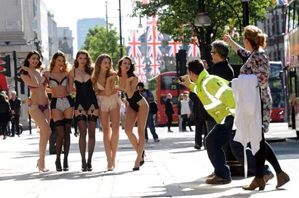 фото девушек на улице без нижнього белья