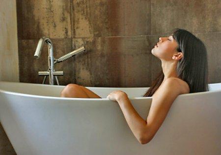 Фото красивых девушек у ванной купается
