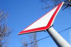 Наркоман стащил дорожный знак