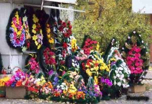 С родственников умерших требуют плату за право обновить надгробия