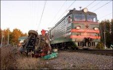 Под Кременчугом автомобиль попал под пассажирский поезд