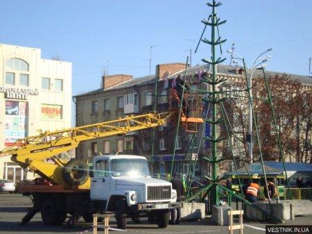 В Кременчуге начали монтировать главную елку