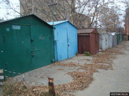 В Кременчуге сносят незаконно установленные гаражи