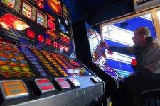 В Глобино пенсионер устроил игровой бизнес в своем дворе