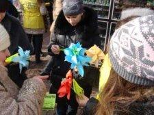 Кременчужанкам дарили бумажные цветы
