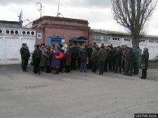 Работники Кременчугского завода ЖБШ митинговали, требуя вернуть зарплату