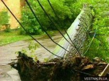 В Кременчуге ветром оборвало почти 20 электропроводов