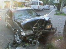 В Кременчуге Mercedes на полной скорости въехал в дерево