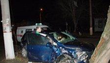 """В Кременчуге """"Daewoo"""" врезался в дерево. Пассажирка в тяжелом состоянии"""