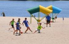 В Кременчуге милиция развлекала детей на пляже