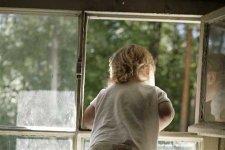 В Комсомольске из окна 4-го этажа выпала 5-летняя девочка