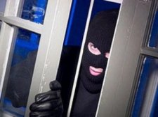Кременчужанин украл у знакомого кредитную карточку, золото и технику