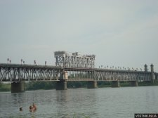 На Крюковском мосту сегодня будут менять лампочки