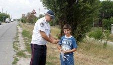 Кременчугские ГАИшники раздавали детям светоотражающие ленты