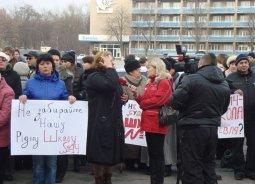 100 кременчужан вышли на митинг в защиту 14-й школы