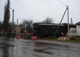 На Полтавщине поезд сошел с рельс и вылетел на улицу