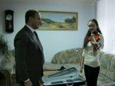 В День Святого Николая мечта одной кременчугской девочки о новой скрипке осуществилась