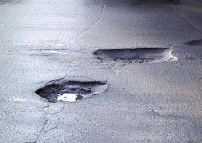 В Кременчуге продолжается зимний ремонт дорог