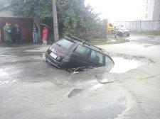 Спасатели вытащили провалившийся под асфальт автомобиль