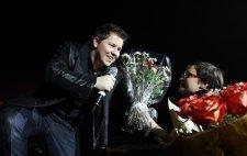 В Кременчуге Литвинковича женщины заваливали цветами, а он всех целовал