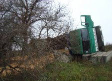 В Кременчуге перевернулся КамАЗ и высыпалось до 30 тонн зерна